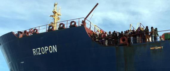 """L'approdo al porto canale di Cagliari della nave mercantile greca """"Rizopon"""", con a bordo 235 migranti di diverse nazionalità, 14 aprile 2016. ANSA/ MANUEL SCORDO"""